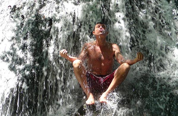 meditando bajo el agua