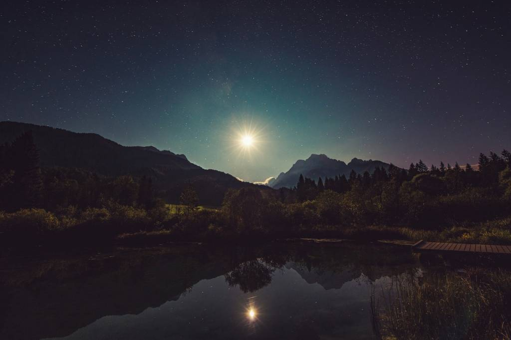 Intenta mirar las estrellas y la luna