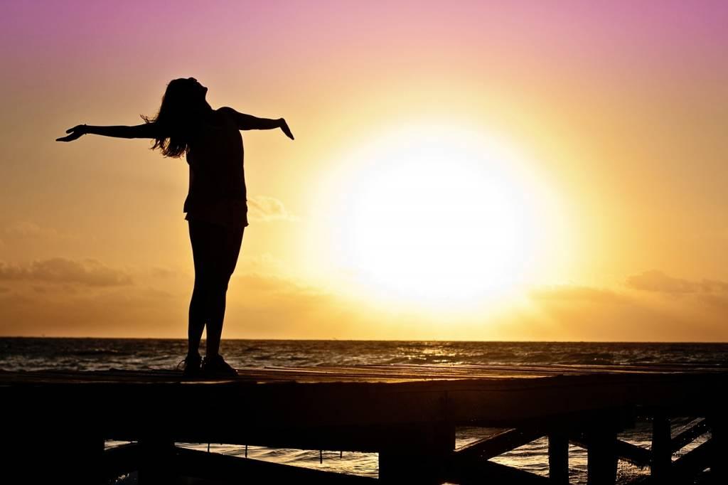 Sal a la luz del sol para el chakra del tercer ojo