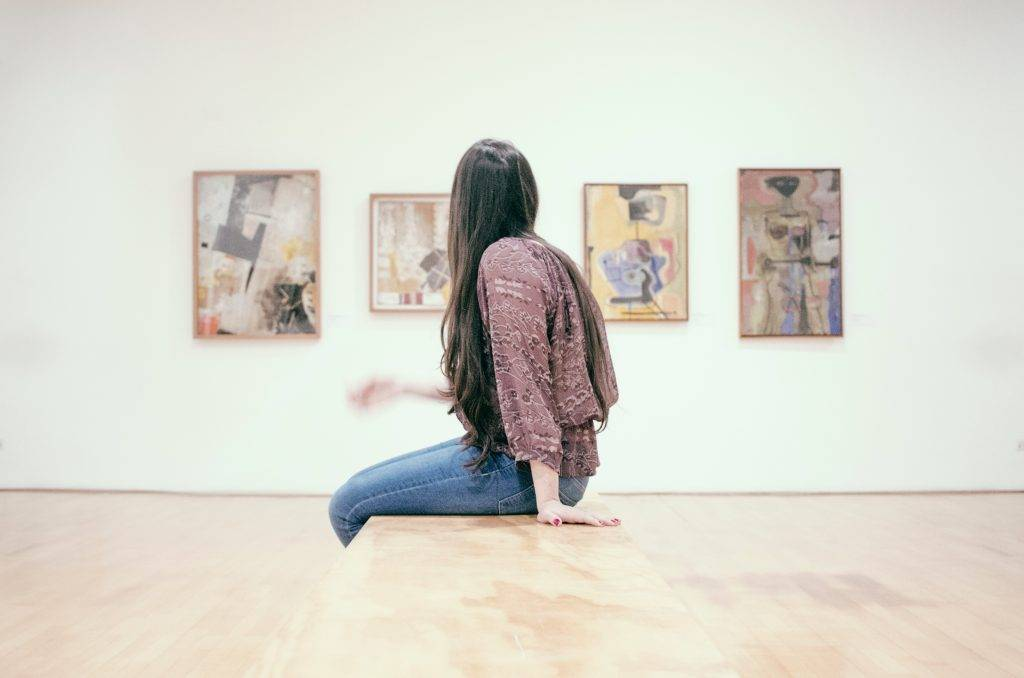 niña clarividente mirando el arte