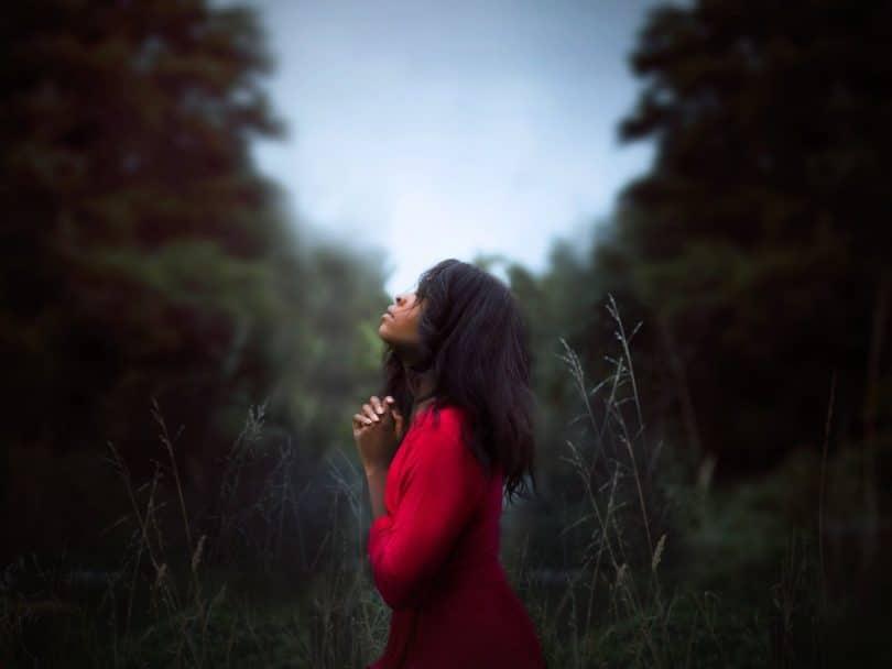 Imagen de una mujer en emergencia espiritual
