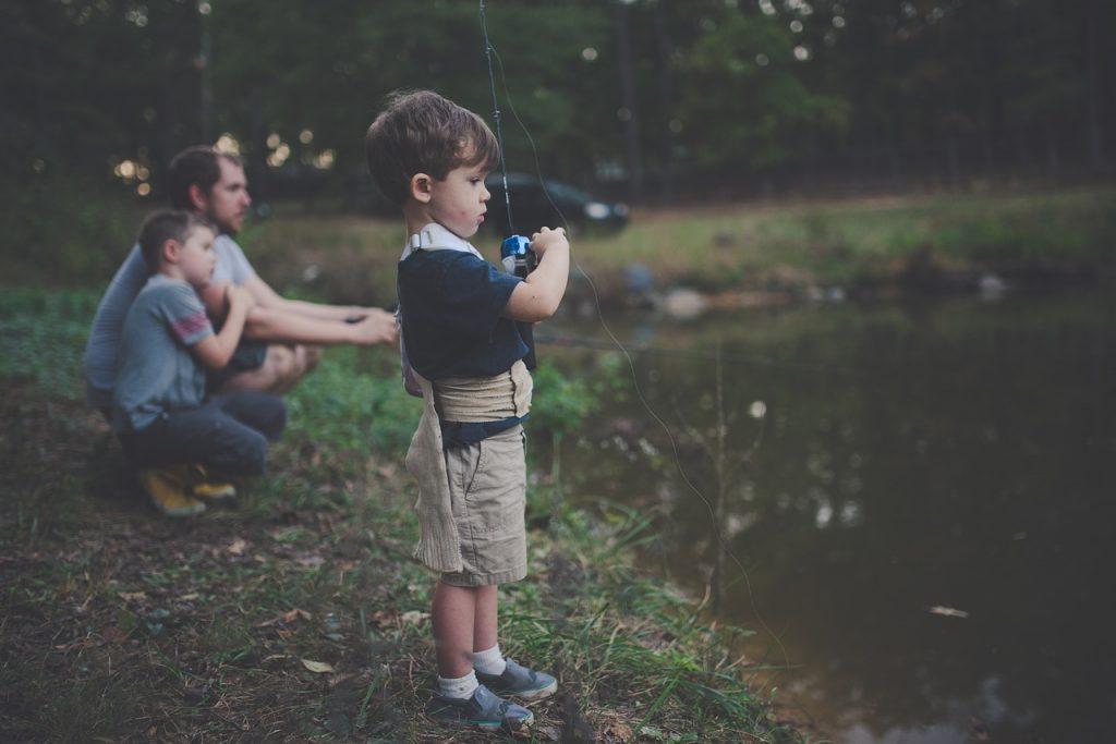 niñio pescando y padre ausente