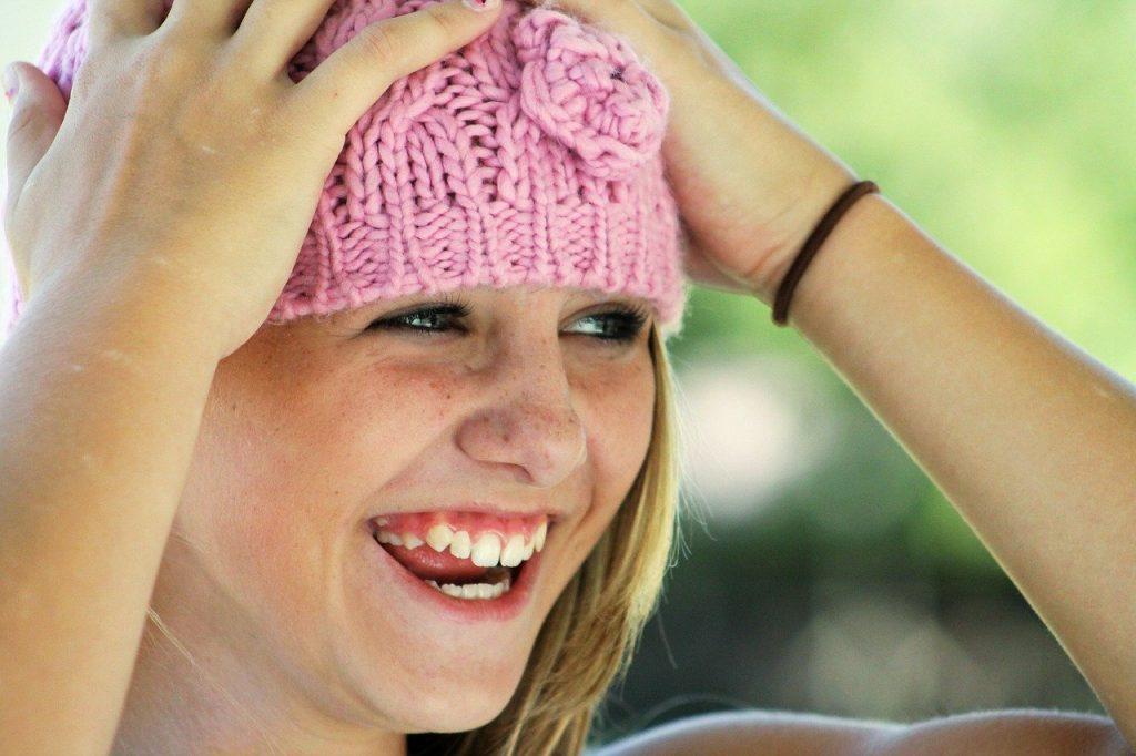 chica sonriendo al elevar la vibracion