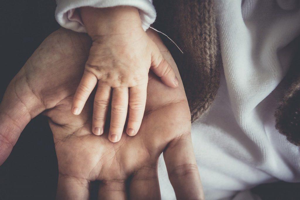 El contacto en los beneficios de los abrazos