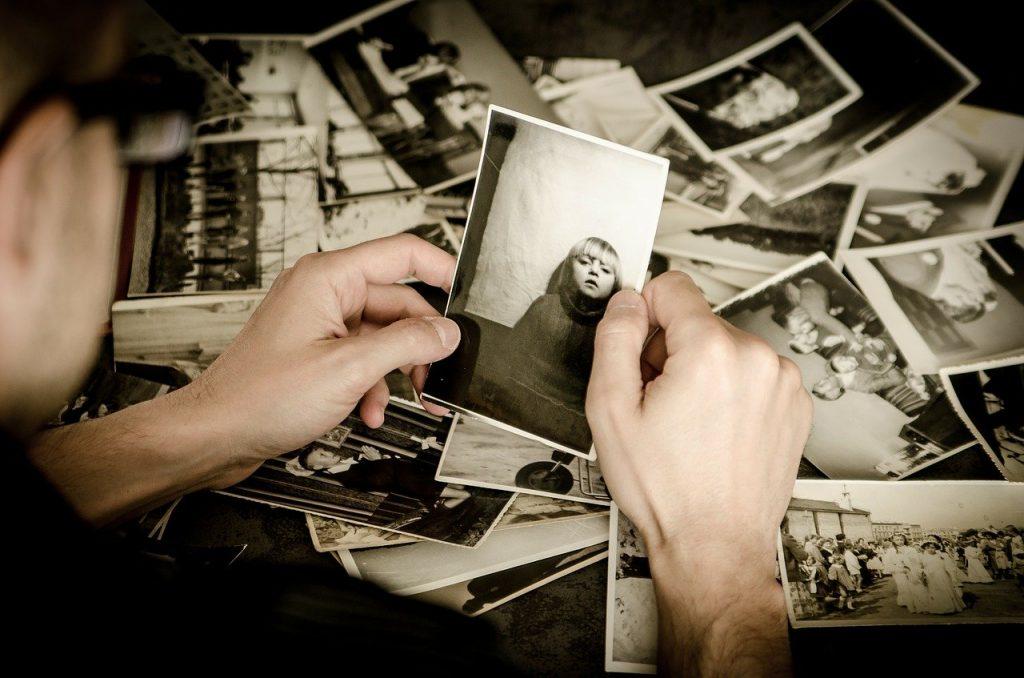 Mujer viendo fotos y recuerdos de la niñez