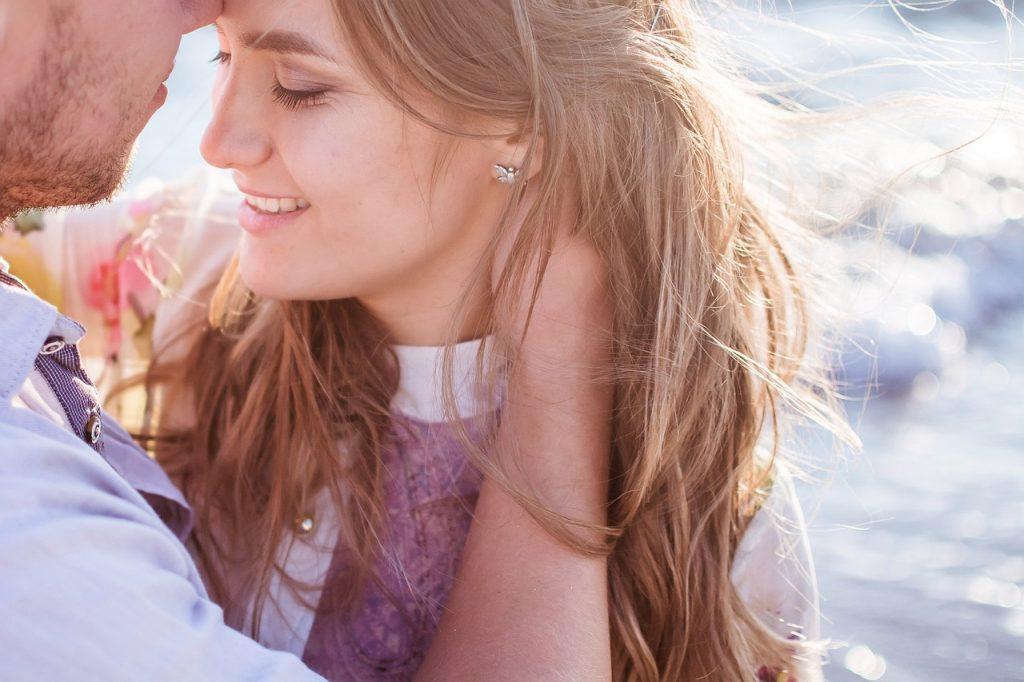 Mujer y los beneficios de los abrazos