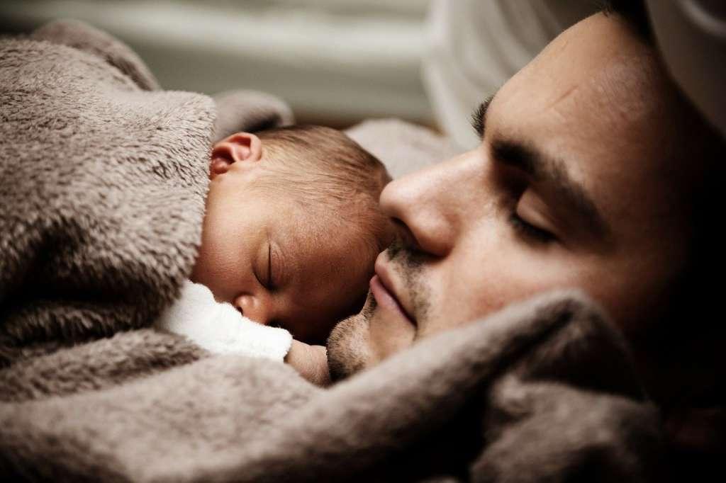 Bebe y padre. Ejercicio de gratitud.