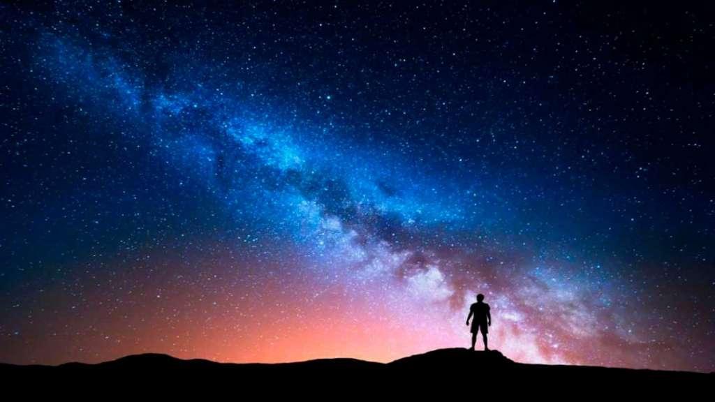 Persona viendo las estrellas y haciendo una Experiencia mística