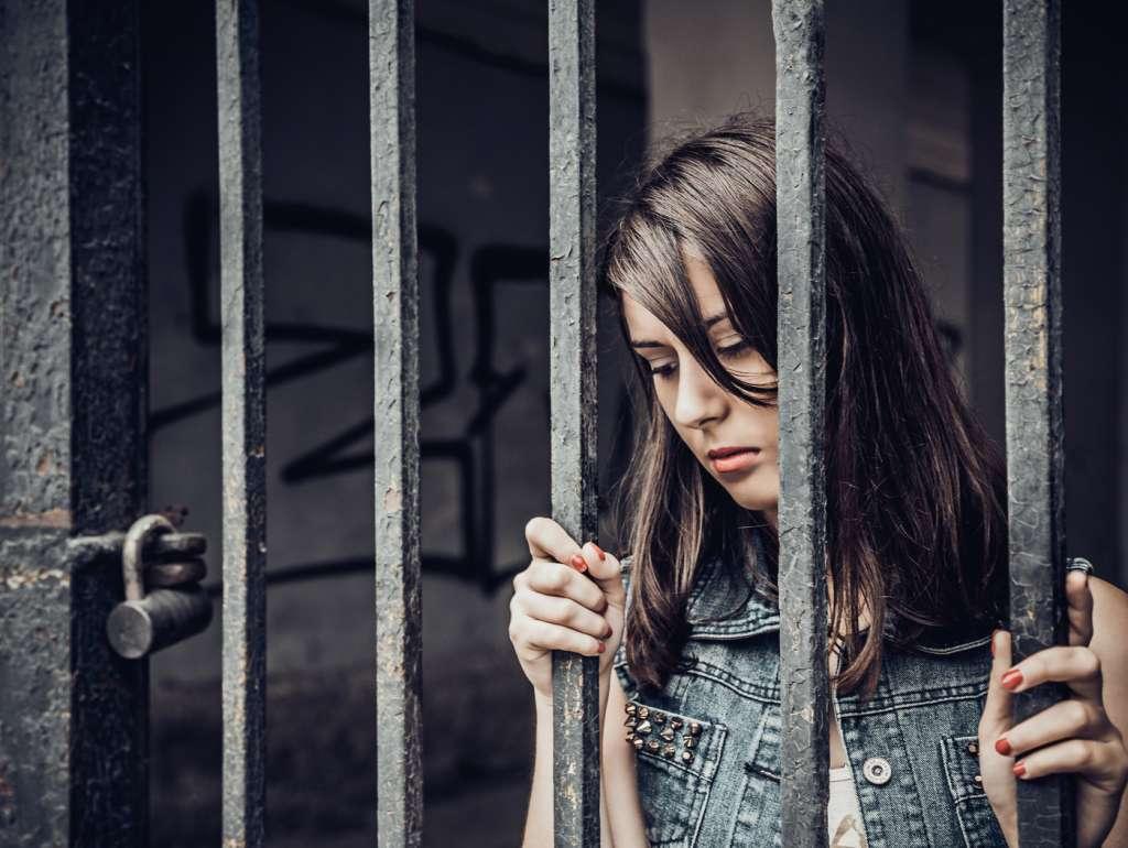 Mujer encerrada como el mal karma