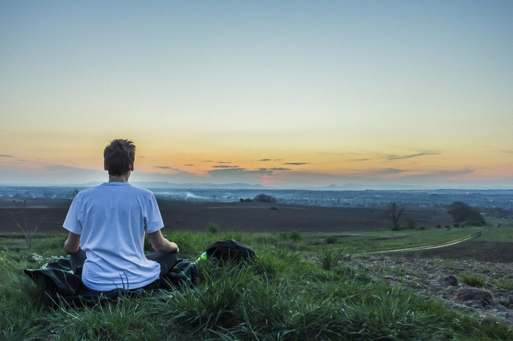 Persona meditando.