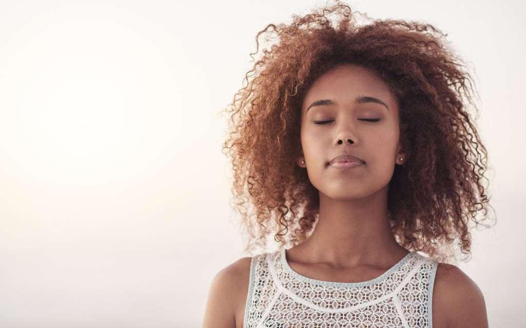 Mujer respirando para contactar con nuestro interior