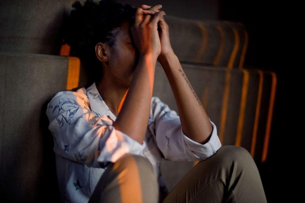 Limpieza de energía al sentirse estresado. Mujer estresada.