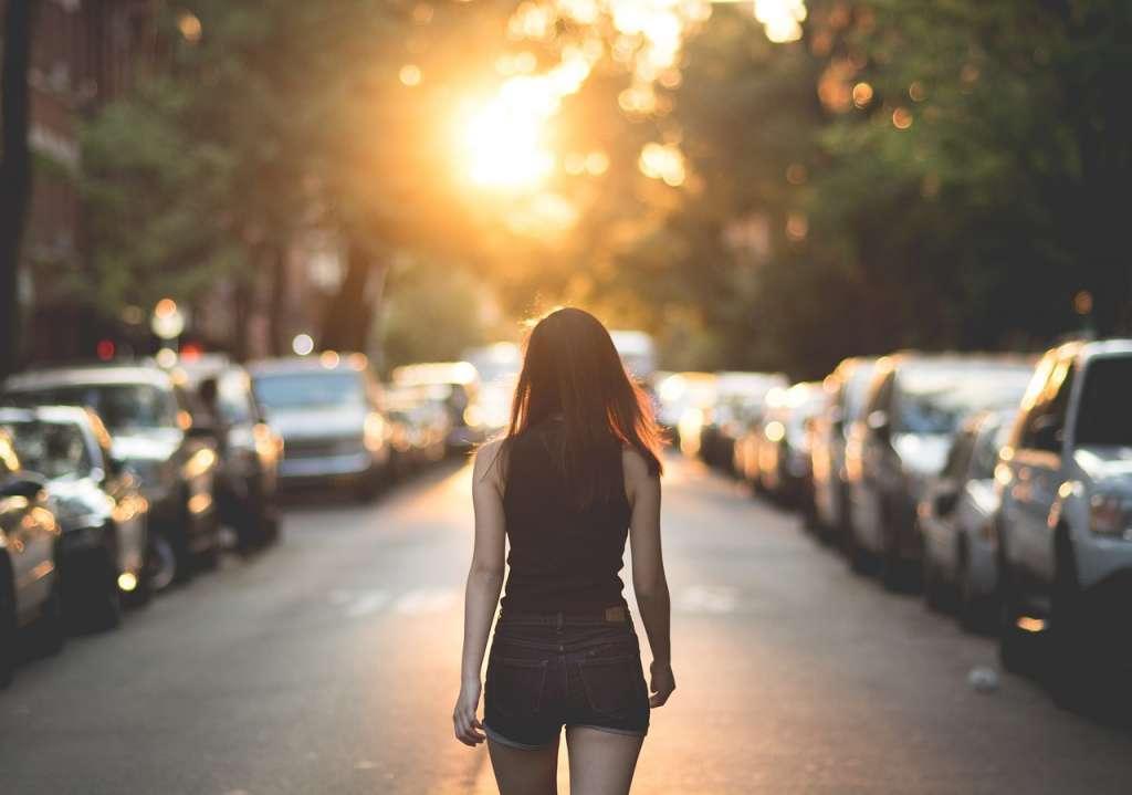 Chica por una calle realizando la Meditación caminando