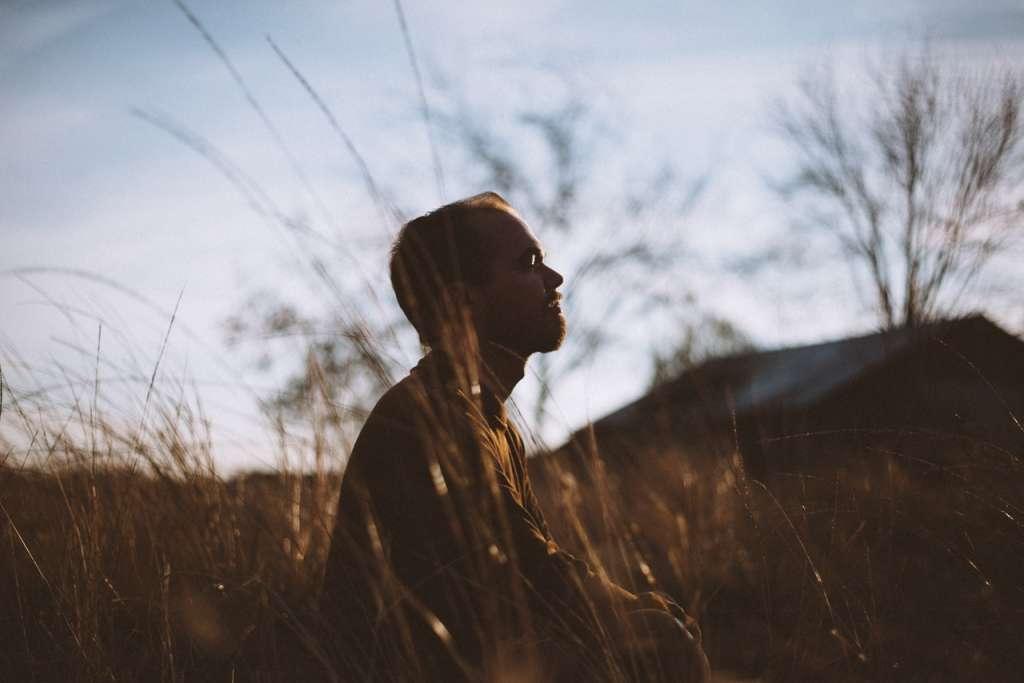 Hombre realizando meditación activa de atención plena