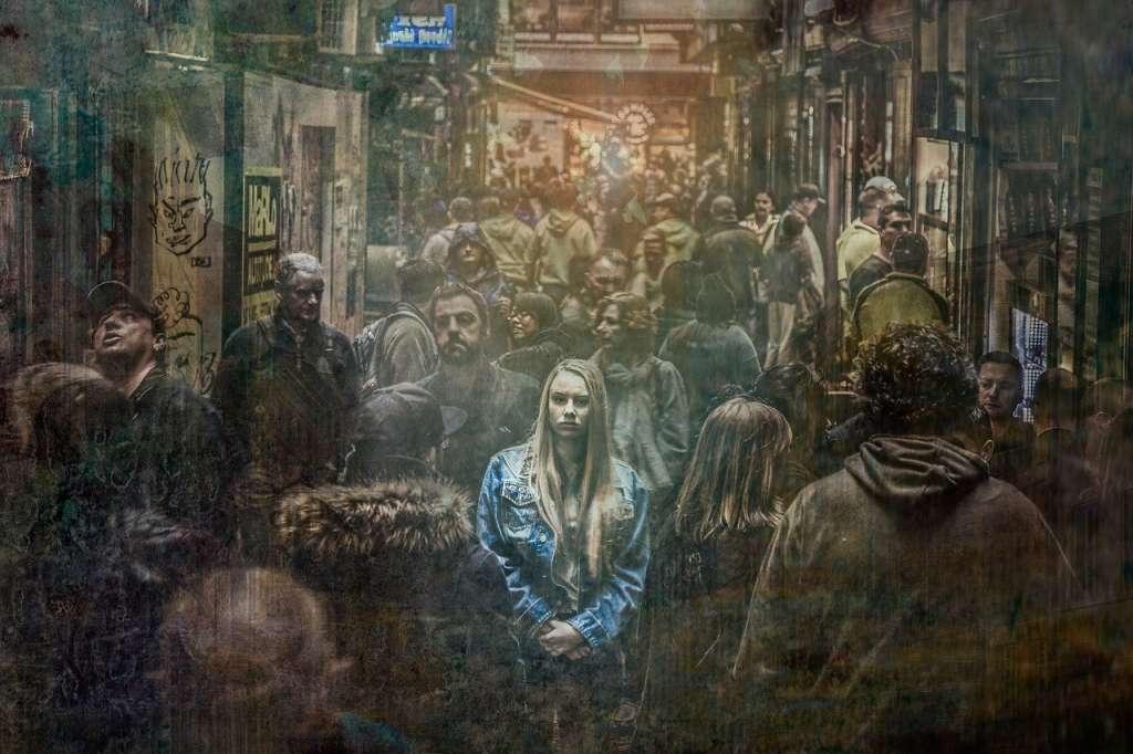 Chica en una calle con mucha gente. Ego individual contra ego colectivo.