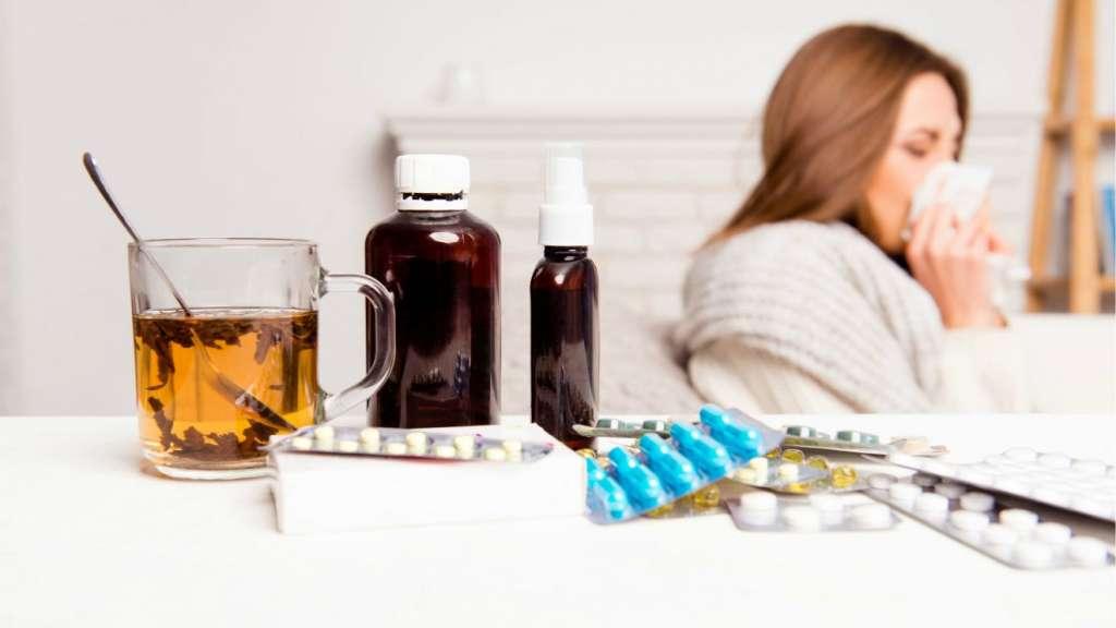 Mujer enferma medicándose