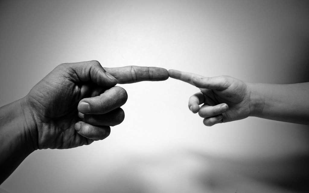 Dedos indice tocándose. Conexión de energía positiva con los demás en vez de energía negativa