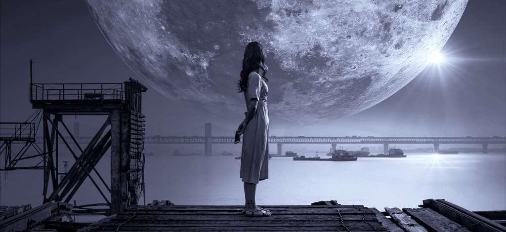 Mujer mirando la luna y con Pensamientos de mi vida pasada