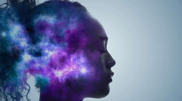 Rostro de mujer con universo dentro