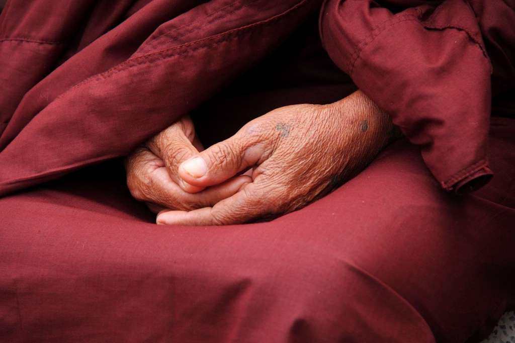 Manos de monje rezando