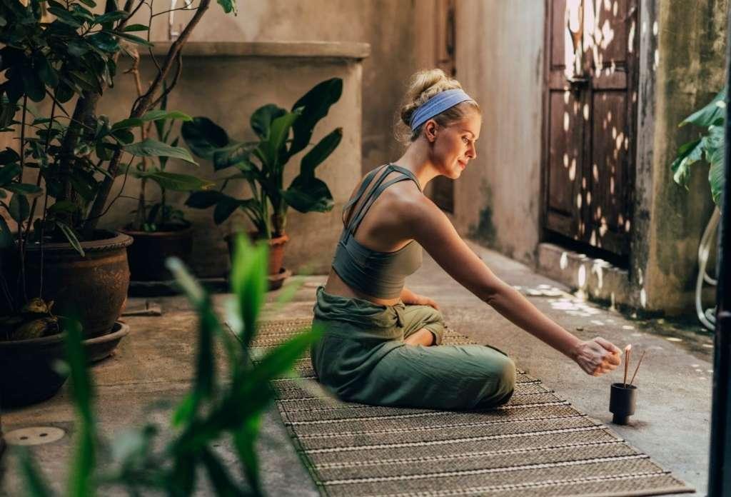 Mujer preparando el espacio de meditación